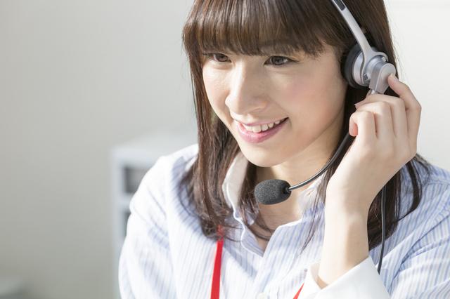 コールセンターで電話する女性