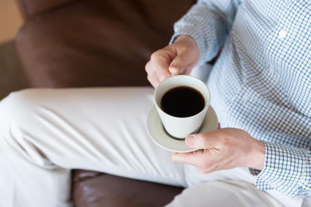 コーヒー片手の男性