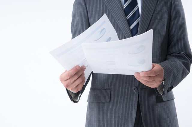 書類を持ってるビジネスマン2
