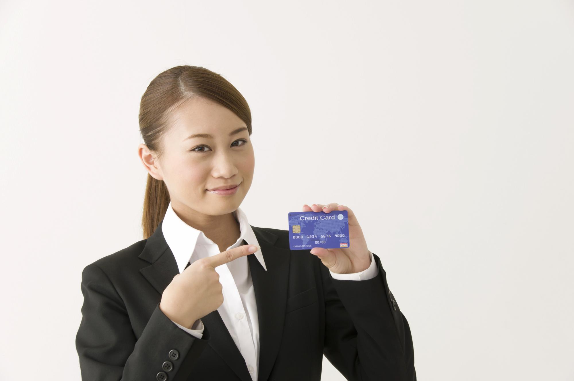 クレジットカードを指差す女性