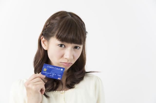 クレジットカードのことで悩む女性