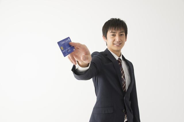 クレジットカードをシュッと出す男性